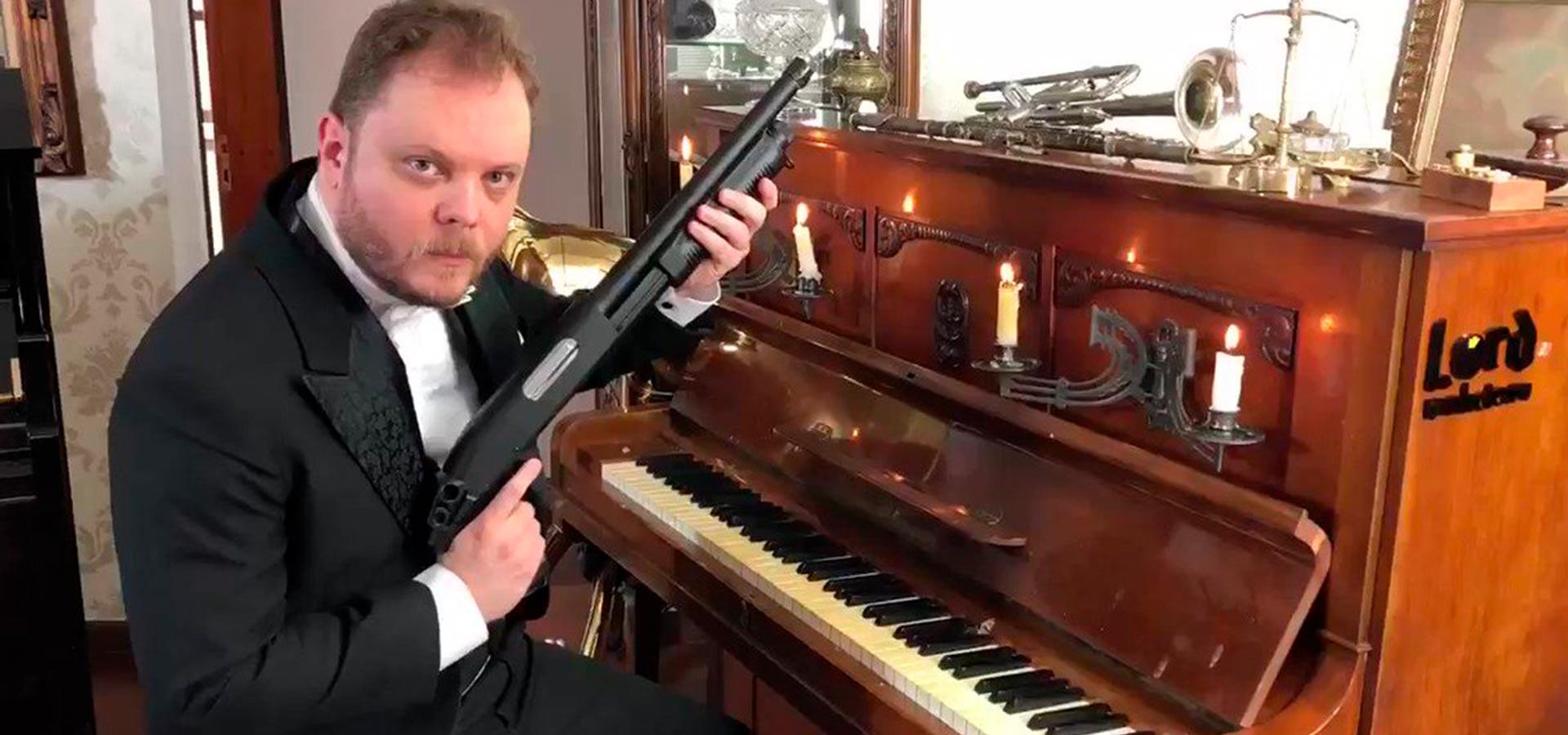Пианист сыграл гимн СССР с помощью АК-47