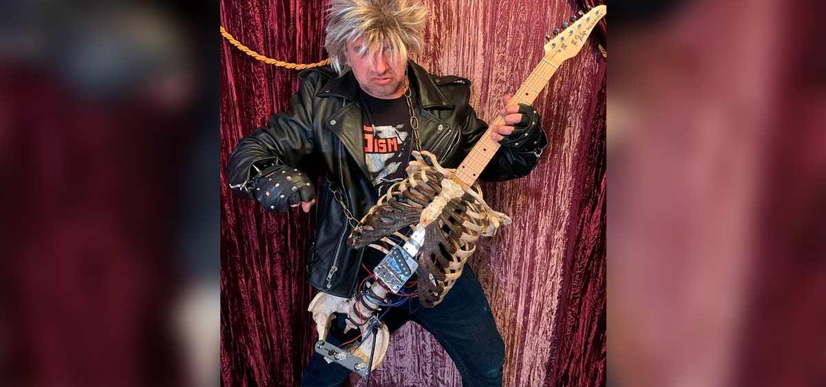 Музыкант сделал гитару из скелета своего дяди, который умер 30 лет назад