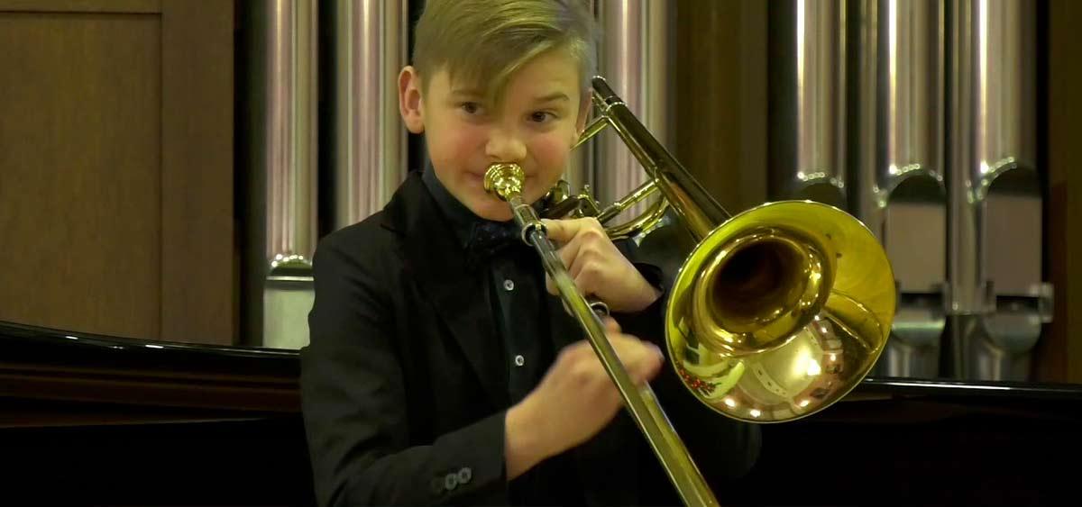Бабушка вызвала домой полицию, потому что ее внук отказывался играть на тромбоне